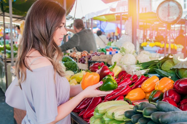 glad-woman-choosing-green-and-red-paprika-in-supermarket-shopping-woman-choosing-bio-food-fruit-pepper-paprica-in-green-market_1391-573